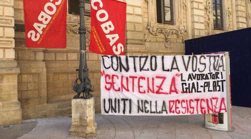 Sit-in di protesta Cobas nei pressi della Prefettura di Lecce per il 22 Ottobre 2019.
